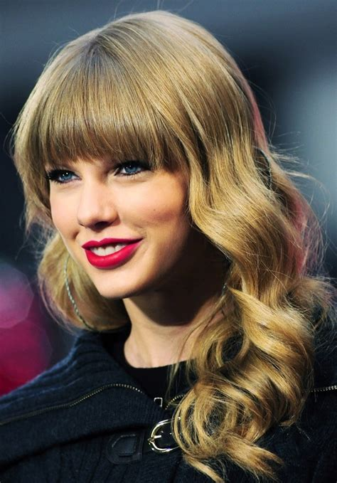 Is it cuter when Taylor smiles with or without teeth? Poll