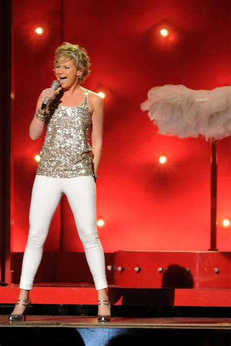 Jennifer Nettles in 44th Annual CMA Awards - Show 1 of 17